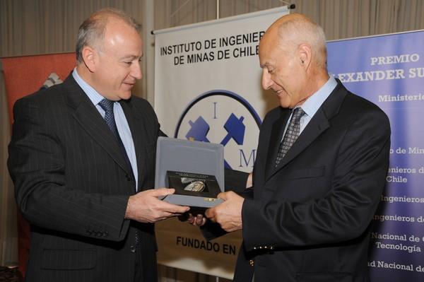 En 2009, el gobierno le otorgó el Premio Alexander Sutulov. En la foto, junto al ministro de Minería de la época, Santiago González. (Foto: IIMCh)